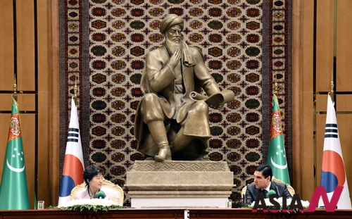 지난해 6월, 중앙아시아 순방 종착지인 투르크메니스탄을 국빈 방문해 아쉬하바드 대통령궁에서 구르반굴리 베르디무하메도프 대통령과 공동기자회견을 하고 있다.