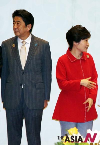 지난해 11월 박근혜 대통령이  미얀마 네피도 미얀마 국제회의센터(MICC)에서 열린 ASEAN+3 정상회의에 참석, 아베 신조 일본 총리와 기념촬영을 준비하고 있다.