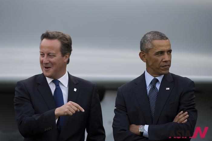 지난해 9월 4~5일 영국 웨일즈의 뉴포트에서 북대서양조약기구(NATO) 정상회담이 열린 가운데 5일 개최된 축하 비행 행사에서 버락 오바마 미국 대통령과 데이비드 캐머런 영국 총리가 다른 방향을 바라보고 있다.