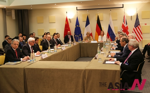 스위스 로잔에서 열린 이란 핵협상 관련 전체회의의 모습. 이란과 유엔 안전보장이사회 5개 상임이사국 및 독일(P5+1)의 외무장관들이 이란 핵 협상 잠정 합의안에 대한 이견을 좁히기 위한 전체회의를 시작하고 있다.