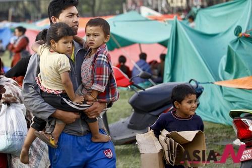 4월25일 네팔 대지진이 일어나 최소 7천명 이상이 사망한 가운데, 한 남성이 카트만두 텐트촌에서 네팔 아이들을 돌보고 있다.