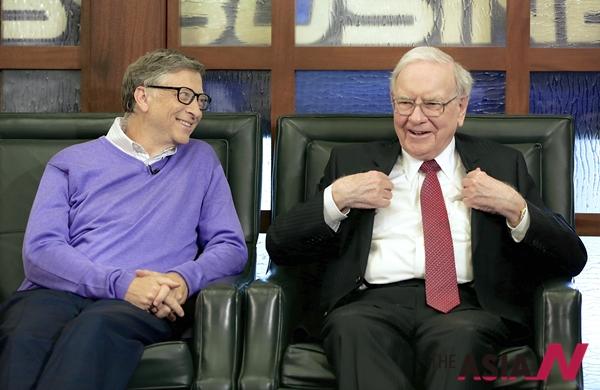 워런 버핏 버크셔해서웨이 회장 겸 최고경영자(CEO·오른쪽)와 빌 게이츠 마이크로소프트 공동 창업자 겸 버크셔해서웨이 이사가 4일 네브래스카 오마하에서 폭스 비즈니스 네트워크와 인터뷰하고 있다.