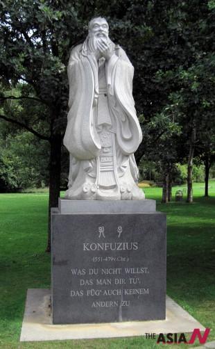 독일 베를린에 세워진 공자상. 공자는 '국민의 신뢰'를 가장 중요한 요소로 여겼다.