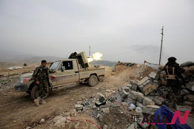 지난 1월 이라크 북부 신자르에서 쿠르드족 민병대가 ISIS를 향해 포격하고 있다.
