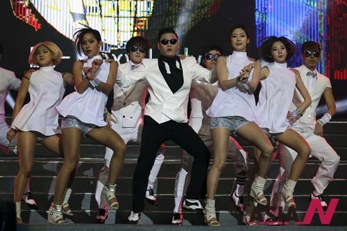 #CHINA-NANJING-PSY-PERFORMANCE (CN)