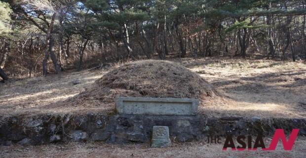 경남 의령군 마두리에 위치한 이병철 회장의 증조부 묘소. 세계적인 기업 삼성의 출발은 이 묘소의 묫바람이 결정적으로 작동하였다. 이 묘소는 아래서 위로 거슬러 올라와 혈을 맺는 소위 달상결(達上結)로 맺은 곳이다.