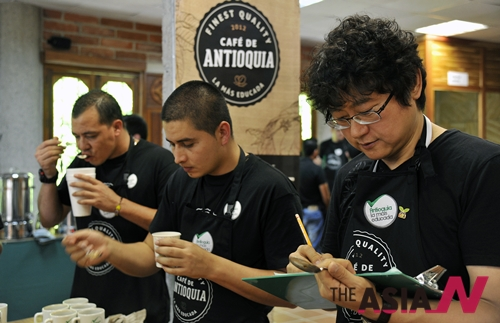 스페셜티와 커피를 선정하는 안티오키아 BCC(BEST Cup Contest)에서 커피를 평가하는 심사위원들의 모습