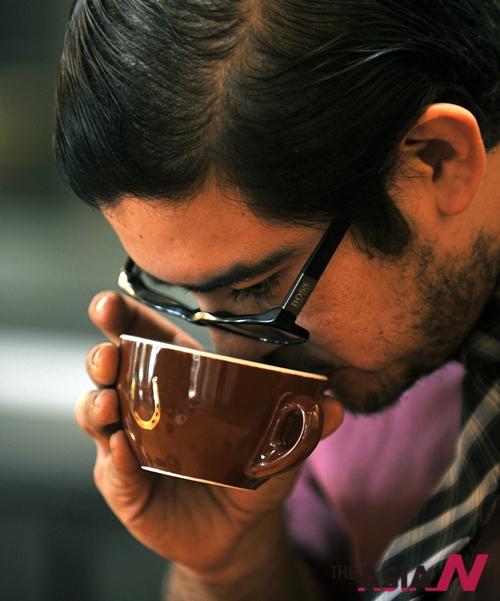 커피의 품질을 평가하는 미국 스텀프타운의 바리스타
