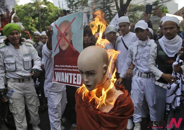 4. 인도네시아 무슬림 시위대가 미얀마 극단민족주의자 승려 아신 위라투를 상징하는 마네킹을 불태우고 있다.
