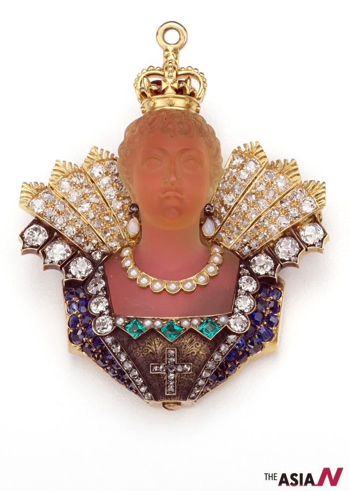 2008년 서울 예술의전당 한가람디자인미술관에서 전시에 들어가는 '티파니 보석전'에 선보이는 펜던트 '메디치 가문의 마리(Marie de Medici)'.