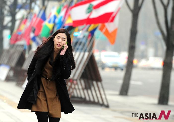 출근길에 전화를 받고 있는 한 여성직장인.