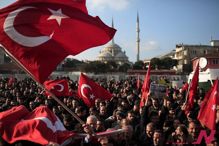 지난해 12월14일 터키 경찰이 내 10여개 도시에서 언론인과 TV 프로듀서, 경찰 등 최소 24명을 체포했다. 체포된 사람들은 모두 미국에 본거지를 두고 레세프 타이이프 에르도안 대통령에 반대하는 활동을 이끌어온 온건 성향의 이슬람 성직자 페툴라 굴렌에 대한 강력한 지지자들이어서 터키 정계와 사회에 큰 파장을 불러올 것으로 예상된다. 이날 시위대가 법무부 밖에서 항의 시위를 하고 있는 모습.