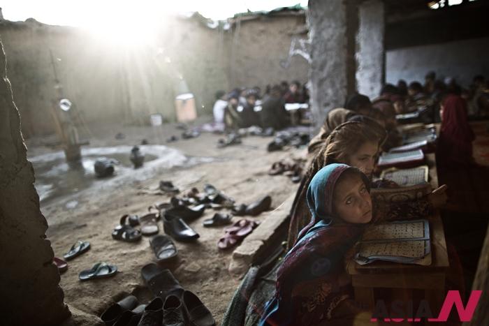 파키스탄 연방부족자치지구(Tribal areas)의 한 마드라사(이슬람 신학교)에서 학생들이 수업을 듣고있다.