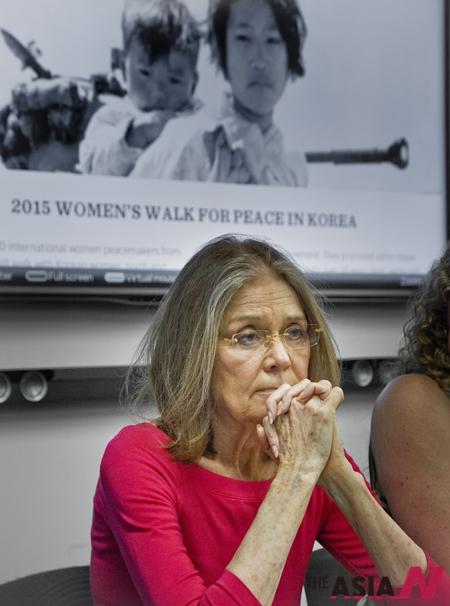 국제시민단체 '위민 크로스 디엠지(Women Cross DMZ)의 명예공동회장이자 여성운동가인 글로리아 스타이넘이 지난 12일 유엔에서 통일을 위한 여성들의 한반도 비무장지대 걷기 대회 관련 기자회견에 참석해 경청하고 있다.