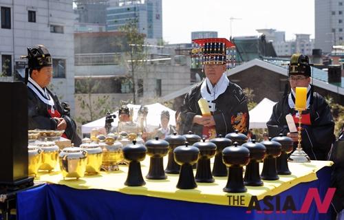 유덕열 동대문구청장이 30일 서울 제기동 선농단에서 열린 '2015 선농대제'에 참석해 선농제례 봉행을 하고 있다.