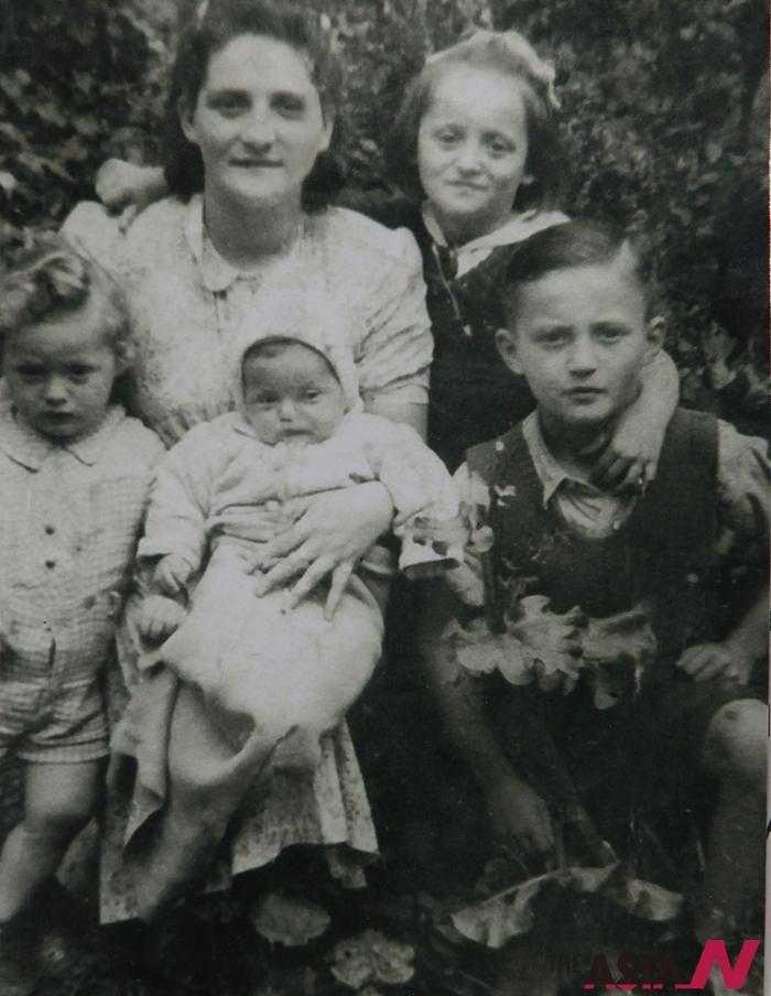 폴란드 바우흐지흐주 출신의 한 가족이 폴란드 바르샤바 게토(2차대전 당시 나치 독일이 유대인을 강제로 입주시켰던 바르샤바의 구역)에서 기적적으로 살아남았다.1947년 고향 바우흐지흐주에서 찍은 가족사진.