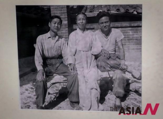 1953년 초여름 한국전쟁 중 서울 종로구 명륜동 자택에서 휘문중학교 5학년(고2)때 어머니 은진 송씨(가운데), 둘째형 민병숙(오른쪽)과 찍은 가족사진