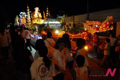 말레이시아 셀랑고르주(州)의 카장에서 석가탄신일을 기념하는 꽃마차 퍼레이드가 펼쳐지고 있다. 말레시아에서는 9일을 석가탄신일로 기념하고 있다.