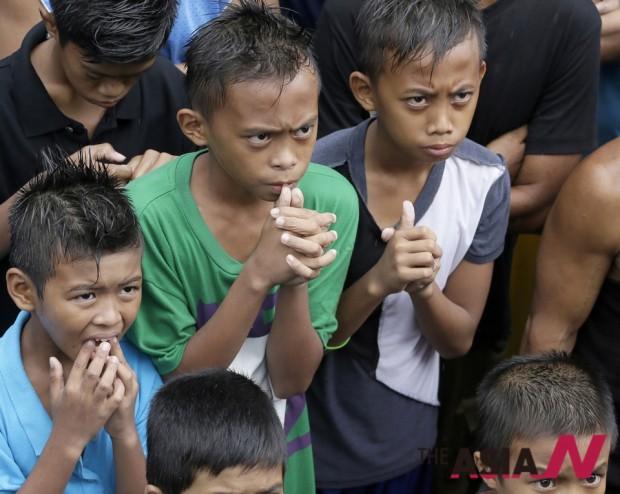 3일 미국 라스베이거스 MGM 그랜드 가든 아레나에서 열린 플로이드 메이웨더 주니어(38·미국)와 매니 파퀴아오(37·필리핀)의 경기를 위성 중계방송으로 지켜보고 있는 필리핀 마닐라 마리키나의 어린이들
