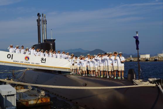2012년 여름 해양대장정(海洋大長程)에서 대학생들이 잠수함을 체험(體驗)하고 있다.