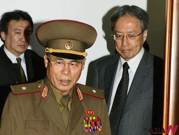 2014년 10월, 평양에서 일본인 납치문제 관련 회담이 열린 가운데 서대하 특별조사위원회 위원장(가운데)과 이히라 준이치 외무성 아시아대양주국장(오른쪽)이 회의장으로 들어오고 있다.