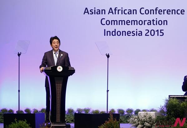 아베 신조 일본 총리가 4월 22일 인도네시아 자카르타에서 열린 반둥회의 60주년 기념 아시아 아프리카 정상회의에서 연설하고 있다.