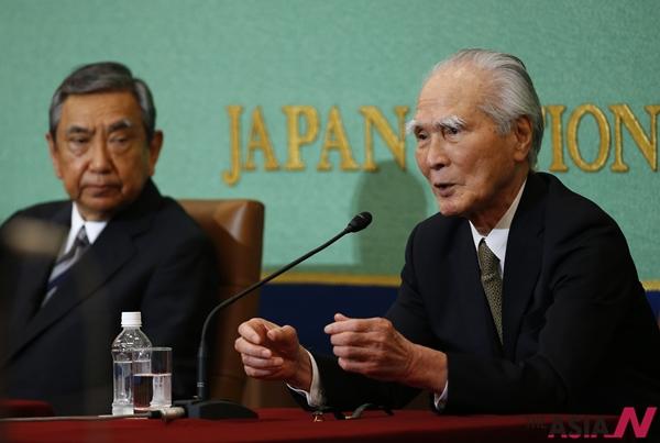 일본의 무라야마 도미이치 전 총리(오른쪽)와 고노 요헤이 전 관방장관이 6월9일 일본기자클럽에서 공동기자회견을 하고 있다. 두 원로 정치가는 아베 총리가 과거의 전쟁과 식민 사죄 발언을 희석시켜서는 안 된다고 주장했다.
