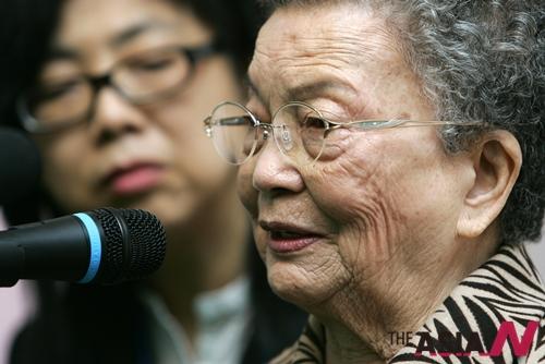 대만 위안부 피해자 황시우메이 할머니가 피해자 증언을 하고 있다.