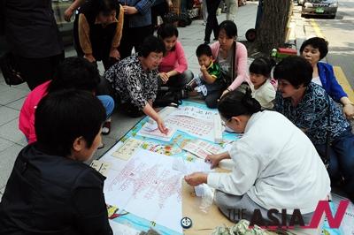 서울 견지동 조계사 인근 길거리에 삼삼오오 모여앉은 시민들이 점을 보고 있다.