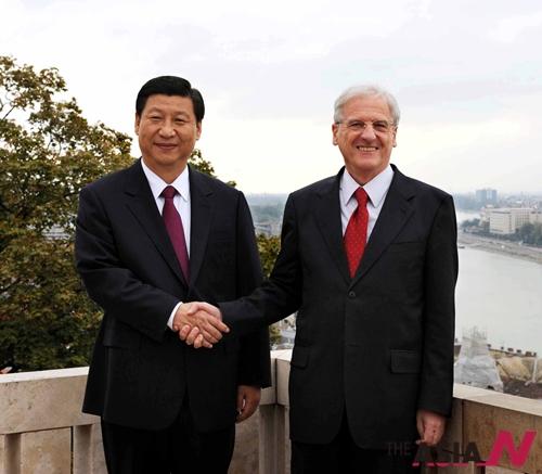 2009년 10월17일 헝가리의 수도 부다페스트에서 시진핑(習近平) 중국 국가부주석(왼쪽)과 라슬로 소욤 헝가리 대통령(오른쪽)이 만나 악수하고 있다.