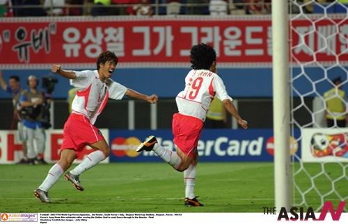 안정환(34. 오른쪽)은 2002한일월드컵 16강 이탈리아전에서 1-1로 팽팽하던 연장전에 골든골을 넣어 한국의 8강 진출을 이끌었다. 사진은 골을 넣은 후 기뻐하는 안정환과 설기현의 모습.