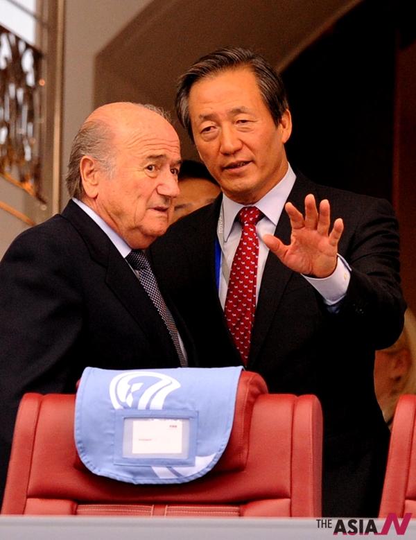 2005년 12월13일 오후 제프 블라터 국제축구연맹회장이 서울 하얏트호텔에서 기자회견을 가졌다. 정몽준 당시 대한축구협회장 겸 FIFA 부회장이 바로 옆에 배석한 채 블라터의 기자회견을 거들고 있다.