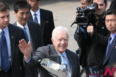 지미 카터 전 미국대통령과 엘더스(Elders) 그룹이 26일 전용기를 통해 평양공항에 도착, 취재진을 향해 인사하고 있다.