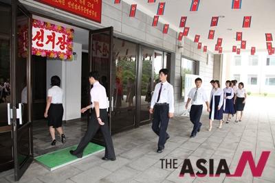 2011년 7월24일 북한 지방인민회의 대의우너 선거가 실시된 가운데 평양의 한 투표소에 시민들이 입장하고 있다.