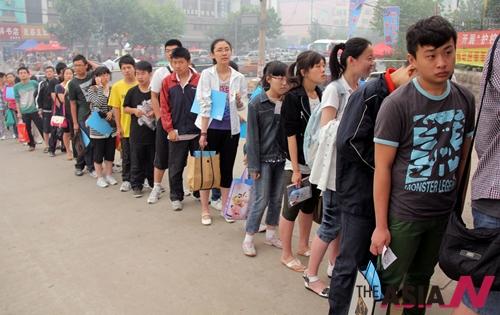 7일 중국 산둥(山東)성 남부 짜오좡(棗庄) 제3중학교 정문 앞에서 중국 대입시험인 '가오카오(高考)' 수험생들이 줄을 서 대기하고 있다. 전국적으로 915만 명에 달하는 수험생들이 이날부터 이틀 간 치러지는 시험에 응시한 가운데 중국의 대입시험은 세계 최대 규모의 대입시험으로 불리고 있다.