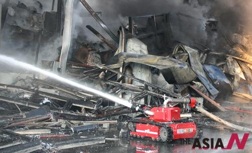 경기도 시흥시 시화공단 동해케미칼에서 원인미상의 화재가 발상해 소방로봇이 화재를 진압하고 있다.