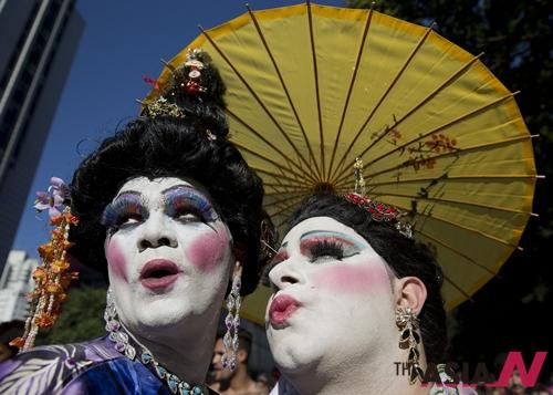 사웅파울루에서 열린 연례 게이퍼레이드에 참가한 한 쌍의 게이가 포즈를 취하고 있다. 이날 이 세계 최대 규모의 행진에 참가한 수십만명의 시위대들은 동성애자들을 차별하는 브라질 국법의 개정을 촉구했다.