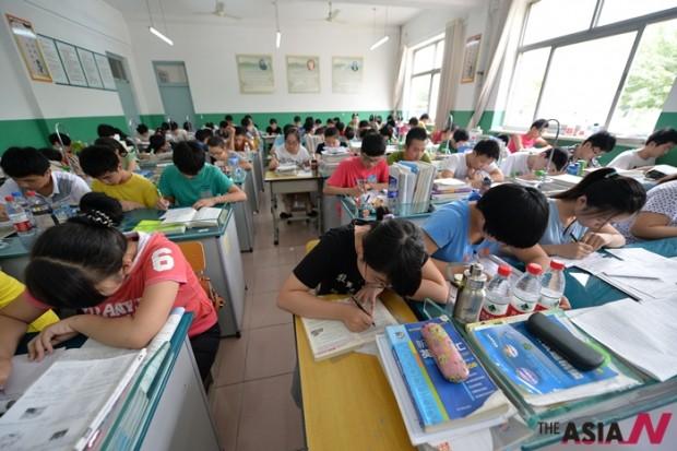 중국 허베이의 한 고등학교에서 학생들이 중국 대입시험 '가오카오' 모의고사를 치르고 있다.