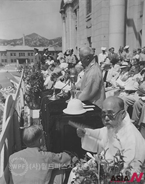 1948년 8월 15일 대한민국 건국 당시 정부청사인 중앙청 앞에서 이승만 대한민국 초대대통령이 대한민국 건국과 정부 수립 기념 연설을 하고 있는 모습.
