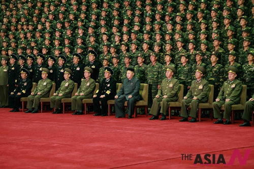 지난달 30일 북한 조선중앙통신이 제공한 사진으로, 김정은 국방위원회 제1위원장이 특수부대인 항공육전병 부대를 찾아 군인들과 단체사진을 찍고 있다. 김정은은 이날 공수훈련과 기습타격 훈련을 직접 지도했다.