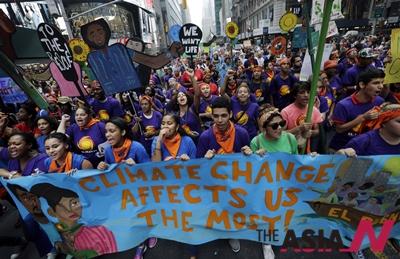 미국 뉴욕에서 청년들이 플랜카드를 들고 기후변화 대응을 촉구하는 대규모 거리행진을 벌이고 있다
