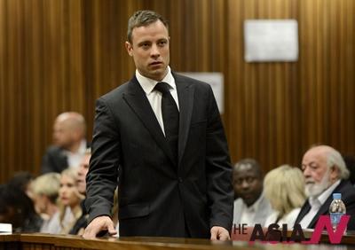 지난해 10월21일 남아프리카공화국의 의족 스프린터 오스카 피스토리우스가 21일 여자친구 살해 혐의에 대한 선고를 받기 위해 프리토리아에 있는 법원에 도착하고 있다.