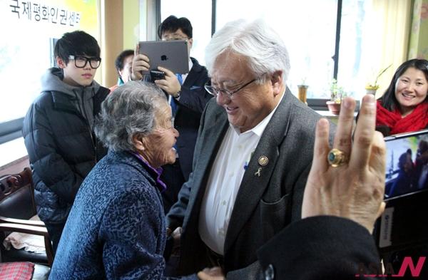 방한중인 마이클 혼다 미국 하원의원이 20일 오전 일본군 위안부 피해 할머니들의 보금자리인 경기도 광주시 나눔의 집을 방문해 할머니들과 손을 잡고 인사를 하고 있다.