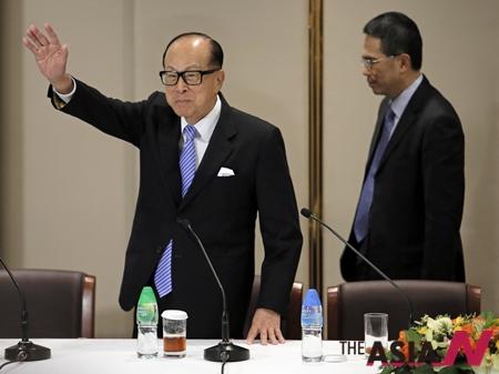 아시아 최고부호인 홍콩 리카싱 CK허치슨 홀딩스 회장이 기자회견에서 기자들에게 손을 흔들고 있다.