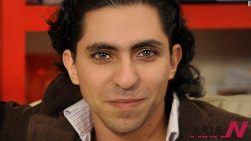 사우디아라비아의 시민운동가이자 블로거 라이프 바다위의 사진. 바다위가 인터넷상으로 이슬람교를 주제로 포럼을 열었다는 혐의로 징역 10년 형을 선고받고 태형에 처해지는 일이 발생해 비난이 거세지고 있다고 CNN이 13일 보도했다.