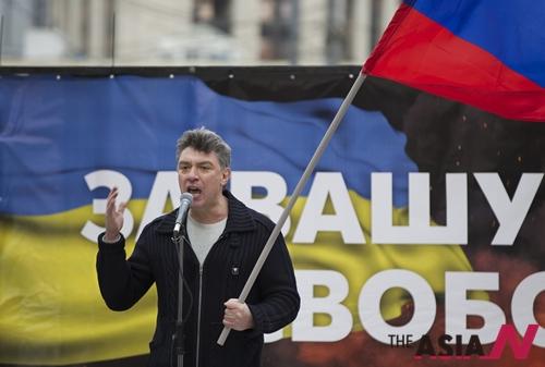 지난 2014년 3월15일 모스크바에서 열린 대규모 반정부 집회에서 연설 중인 넴초프 전 총리.