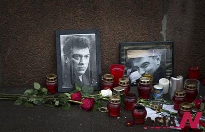 피살된 러시아 야권 지도자 보리스 넴초프를 추모하는 조화, 촛불, 넴초프의 초상화가 모스크바 크렘린궁 인근에 놓여 있다.