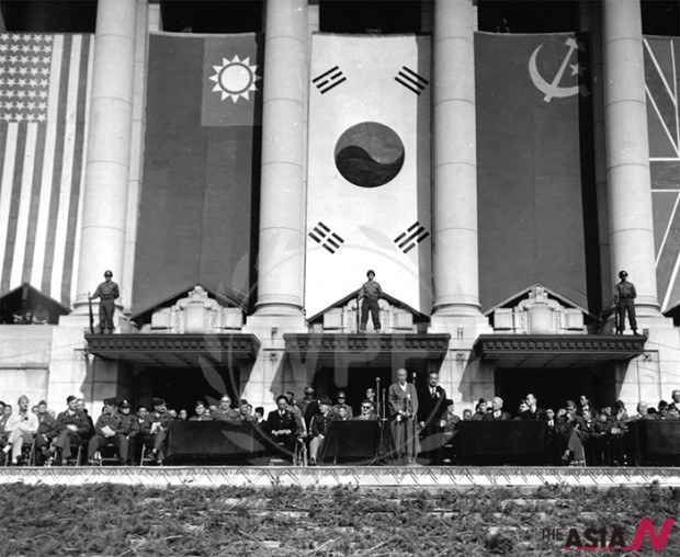 1945년 10월 20일 서울 중앙청에서 진행된 연합군 환영 행사에 연합군 지휘관들이 한국의 주요 인사들과 함께 연단에 앉아 있는 모습.