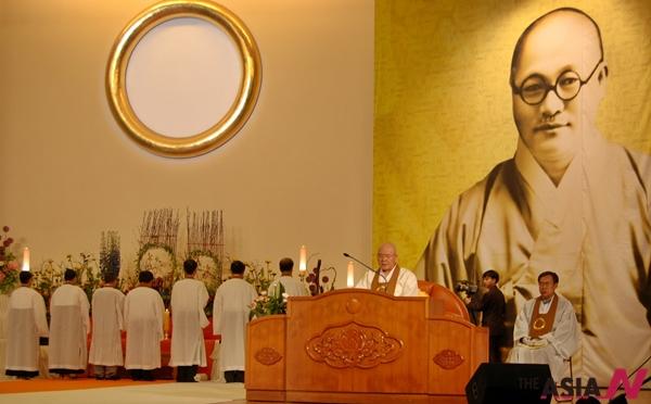 지난 4월28일 개교 100년을 맞은 원불교가 전북 익산 중앙총부에서 대각개교절 기념식을 봉행한 가운데 장응철 종법사가 경축기원 행사에 참여하고 있다.