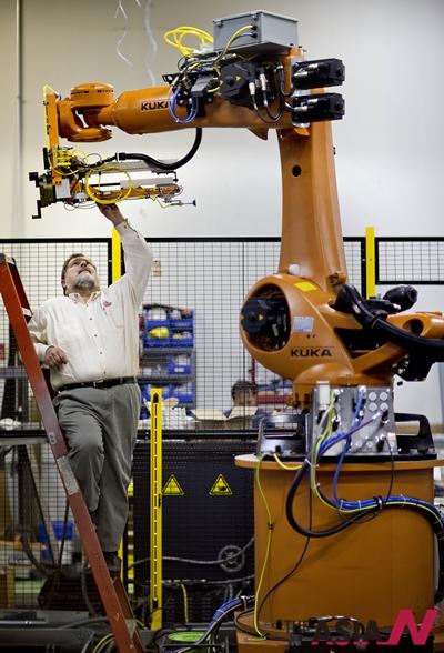2013년 1월 미국 애틀랜타의 한 공장 설립자이자 소유주인 로서 프라이어가 공업용 로봇을 점검하고 있다.